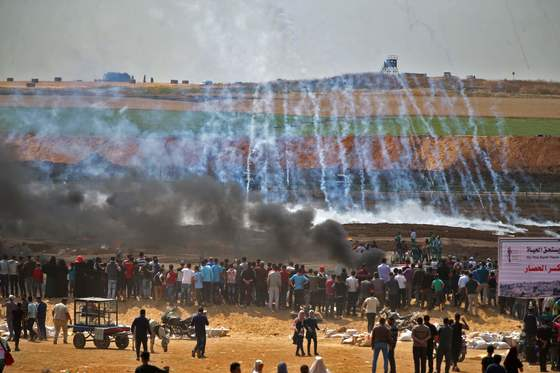 이스라엘 군이 쏜 최루탄이 팔레스타인 시위대에 떨어지고 있다. [AFP=연합뉴스]