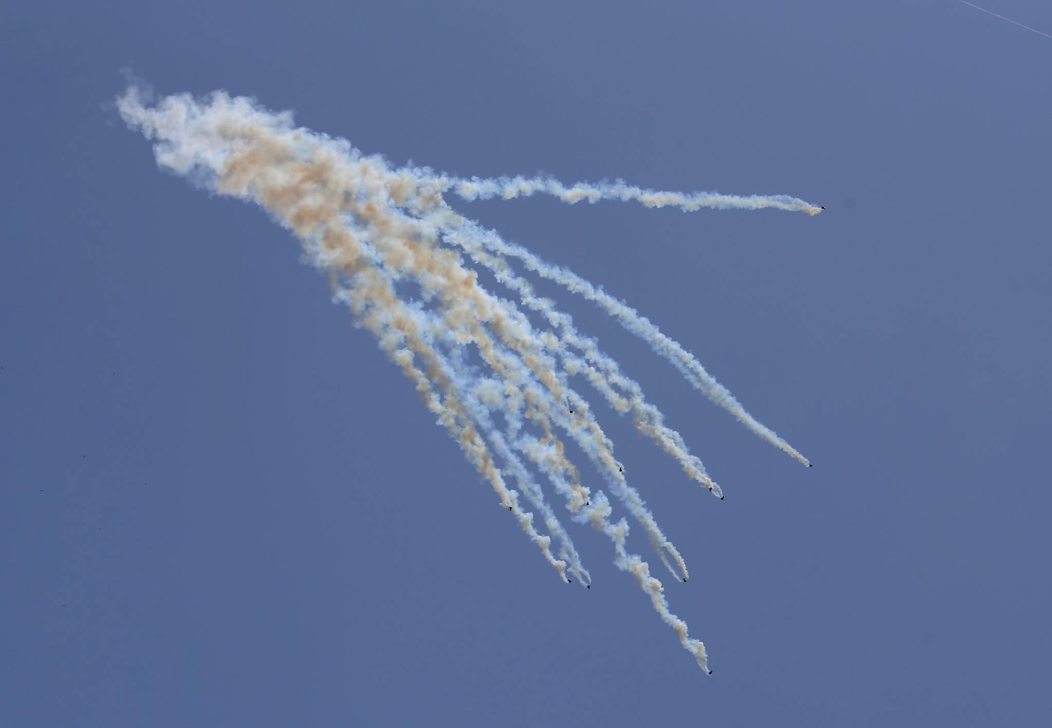 14일 가자지구에서 이스라엘 군의 드론에서 떨어진 최루탄이 팔레스타인 시위대를 향해 여러방향으로 날아가고 있다. [AFP=연합뉴스]