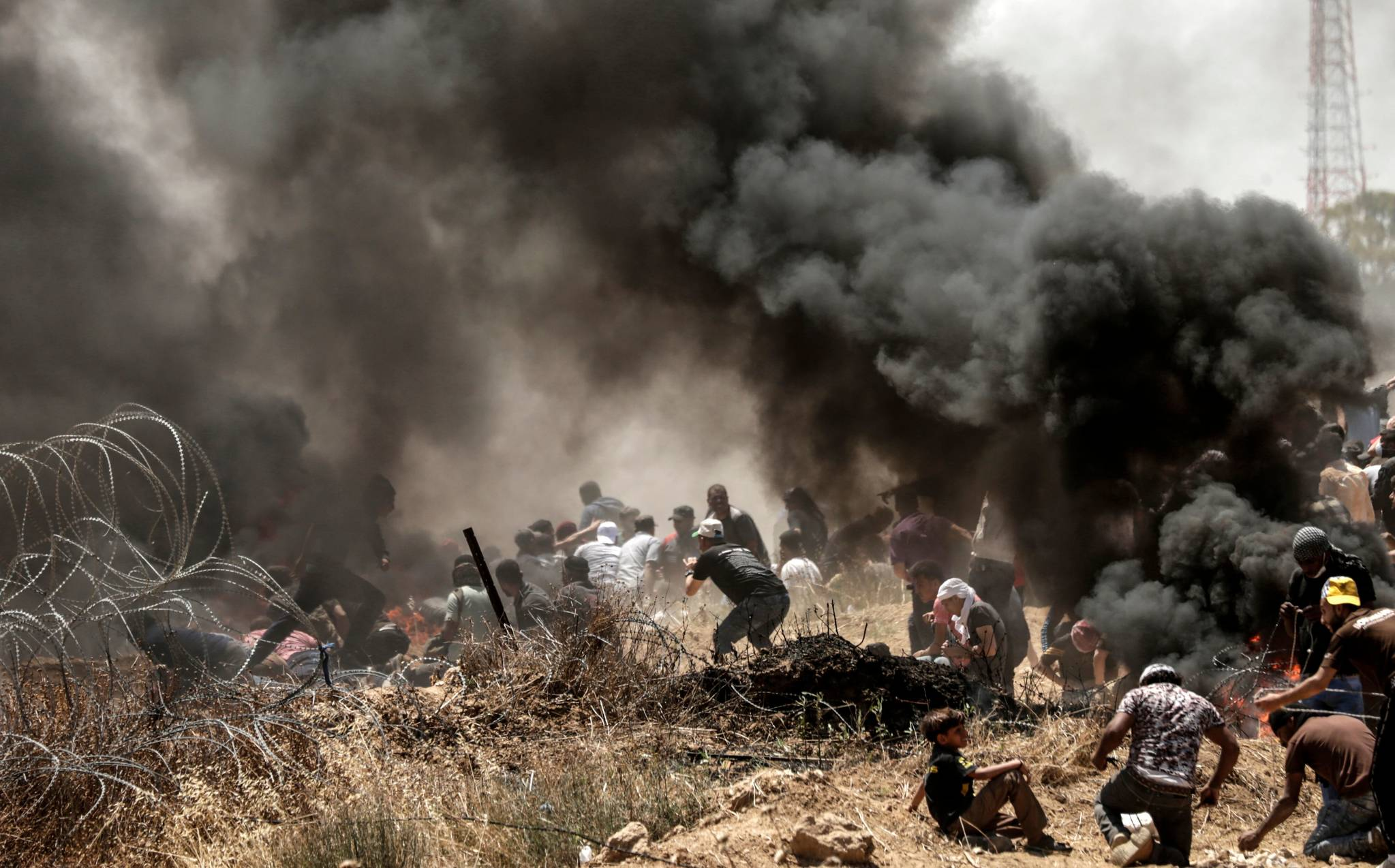 14일 가자지구에서 팔레스타인 시위대와 이스라엘 군인 간 충돌이 발생하고 있다. [AFP=연합뉴스]