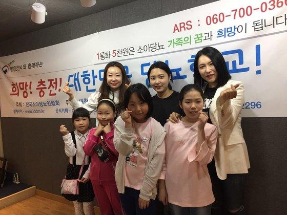 백나예(백석원)왼쪽 백나예씨와 아이들하고 사진