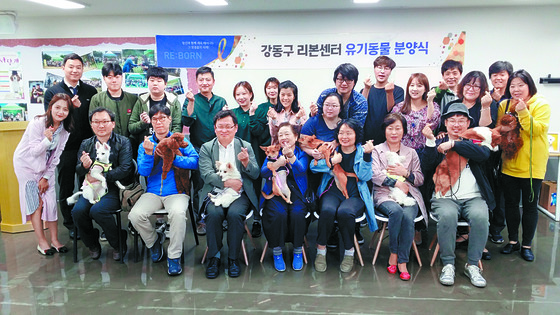 12일 서울 강동구 리본센터에서 20여명의 사람들이 유기견을 새 가족으로 맞이했다. [김지아 기자]