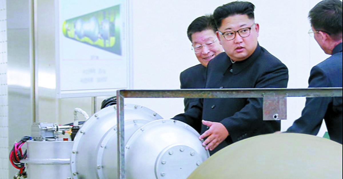 지난해 9월 3일 조선중앙통신은 김정은 북한 국무위원장이 핵무기연구소를 현지지도했다고 보도했다. 김 위원장 뒤에 세워둔 안내판에 북한의 ICBM급 장거리 탄도미사일로 추정되는 '화성-14형'의 '핵탄두(수소탄)'이라고 적혀있다. [사진 조선중앙통신]