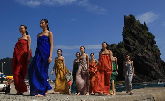 한복 디자이너 이영희씨가 경북 울릉군 서면 통구미 마을 해안가에서 패션쇼를 열었다.