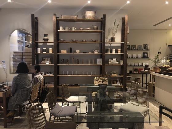 여느 카페와 다르지 않은 내부 인테리어. 인테리어 디자인은 모회사 아트먼트뎁이 맡았다.