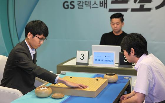 GS칼텍스배 결승 5번기 3국을 두고 있는 신진서 9단(왼쪽)과 이세돌 9단. [사진 한국기원]