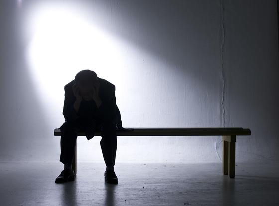 늙어가는 것에 불안을 느끼는 중년들은 타인의 시선을 의식하기보다 자기중심적인 삶을 살아가면서 '중년 우울'을 극복할 수 있다. [중앙포토]