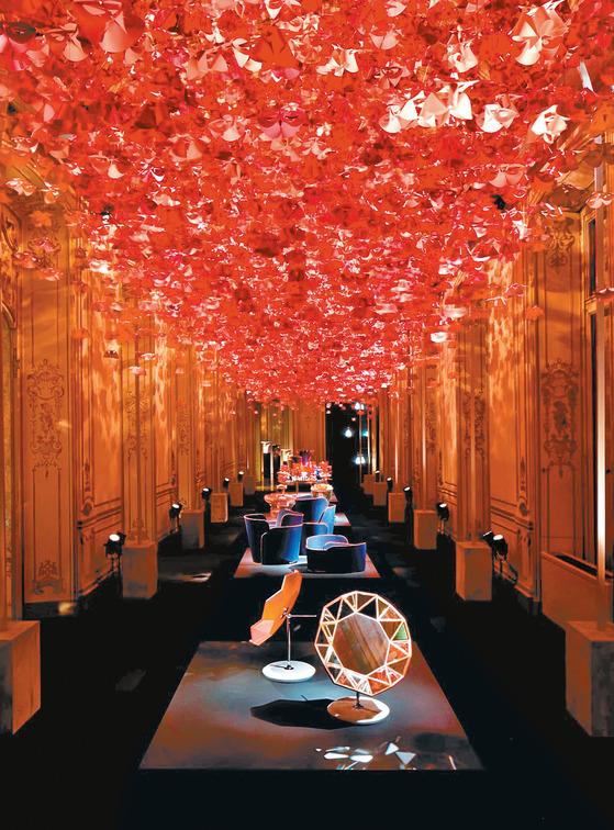 2018 밀라노 가구 박람회 장외 전시인 푸오리 살로네에서 진행된 루이비통의 '레 쁘띠 노마드 컬렉션'. 유명 산업 디자이너들과 협업해 만든 화병·쟁반·쿠션·거울 등 홈 데코 소품들이 전시됐다.