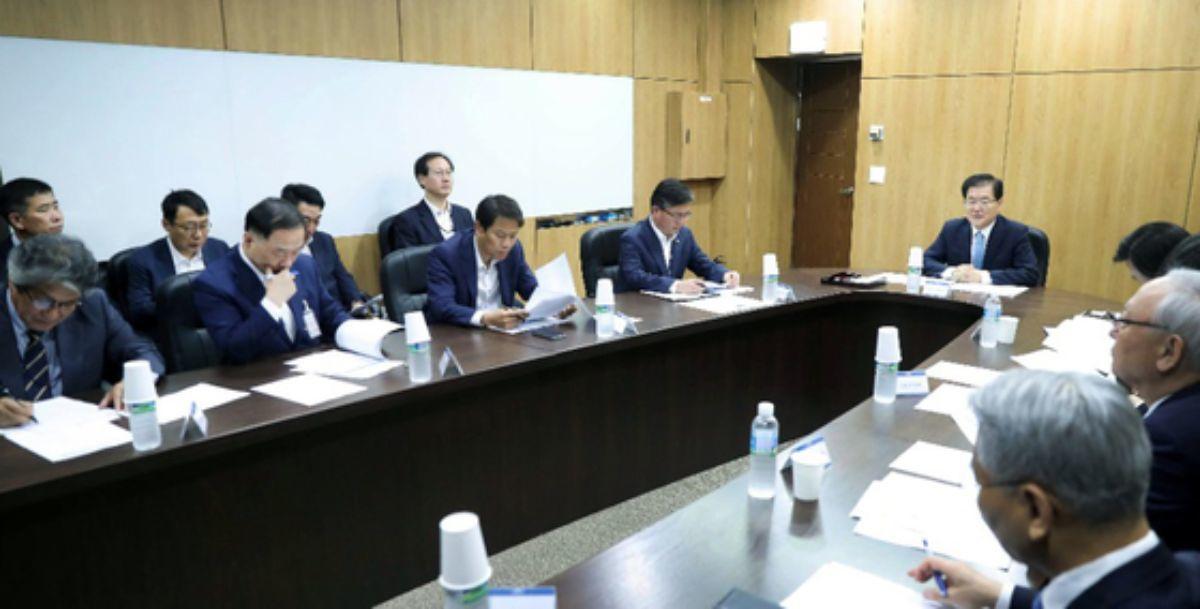청와대에서 NSC 상임위가 긴급 소집된 가운데 정의용 국가안보실장을 비롯한 참석자들이 대책을 논의하고 있다. [사진 청와대]