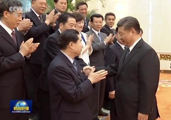시진핑 중국 국가주석(오른쪽)이 16일 중국 베이징 인민대회당을 찾은 북한 노동당 친선대표단을 맞이하고 있다. [사진 중웅CCTV-연합뉴스]