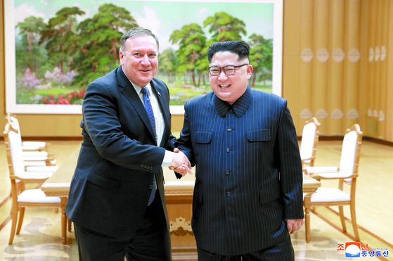 조선중앙통신은 북한 김정은 국무위원장이 마이크 폼페이오 미국 국무장관을 접견했다고 10일 보도했다. 2018.5.10 [사진=조선중앙통신]