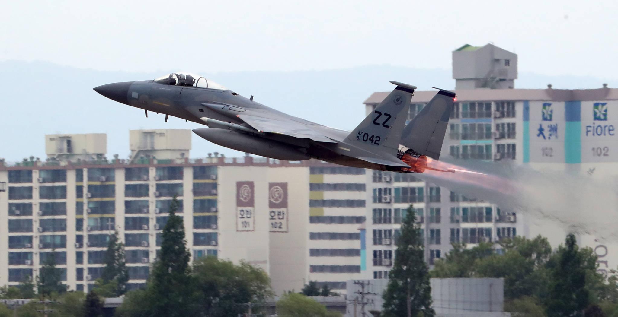 북한이 한·미 공군의 대규모 연합공중훈련인 '맥스선더'(Max Thunder) 훈련을 이유로 남북고위급회담을 전격 취소한 가운데, 16일 광주 공군 제1전투비행단 활주로에서 전투기가 이륙하고 있다. [연합뉴스]