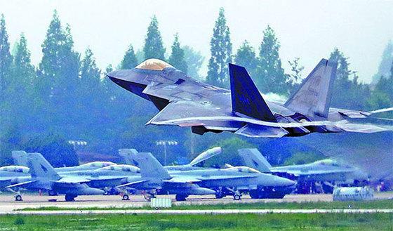 한·미 연합공군훈련 '맥스선더'에 참가 중인 미국 최신예 스텔스 전투기 F-22 랩터가 16일 광주 공군 제1전투비행단 활주로에서 이륙하고 있다. [뉴스1]
