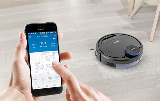 디봇 오즈모TM 930은 글로벌 가전 로봇 브랜드 에코백스의 물걸레질 기술을 탑재해 진 공청소는 물론 물걸레질까지 막힘없이 진행하는 올인원 로봇청소기다. [사진 에코백스]