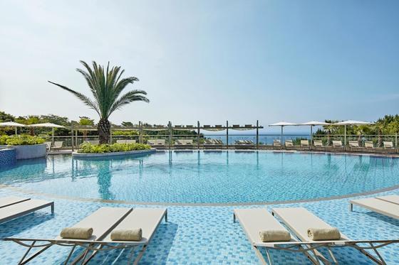 제주신라호텔 성인 전용 수영장 '어덜트 풀'은 친구·연인 단위 여행객이 여유롭게 수영을 즐길 수 있는 공간으로 유명하다. [사진 제주신라호텔]