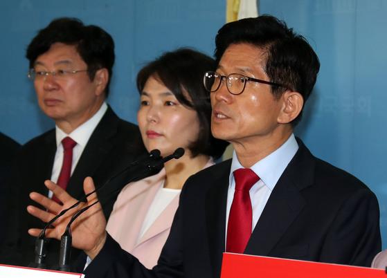 김문수 자유한국당 서울시장 후보가 17일 국회 정론관에서 생활비 공약을 발표하고 있다. 강정현 기자 / 180517