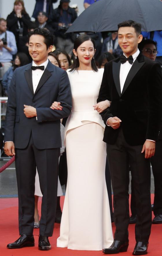 영화 버닝으로 데뷔한 신인여배우 전종서가 16일 유아인(오른쪽),스티븐 연과 기념촬영을 하고 있다.[로이터=연합뉴스]