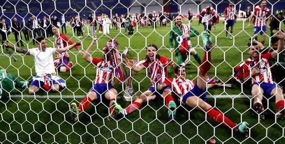 유로파리그 우승을 확정지은 아틀레티코 마드리드 선수들이 세리머니를 선보이고 있다. [EPA=연합뉴스]