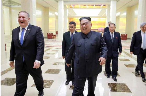 김정은 북한 국무위원장이 방북한 마이크 폼페이오 미국 국무장관을 만나 도널드 트럼프 미 대통령의 구두 메시지를 전달받고 북미정상회담과 관련해 '만족한 합의'를 했다고 노동신문이 10일 보도했다. [사진=노동신문]