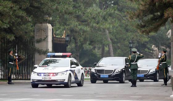 중국을 방문중인 북한 노동당 친선참관단이 16일 오전 숙소인 댜오위타위를 나서고 있다. [사진 연합뉴스]