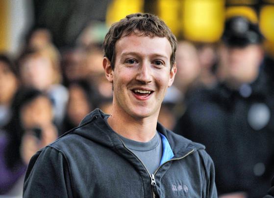 페이스북 창업자이자 CEO인 마크 저커버그는 하버드를 중퇴한 이력이 있다. [중앙포토]