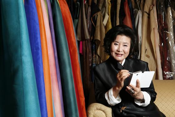 한복 디자이너 이영희씨. 세계 패션 무대에 한복을 올려 색의 마술사라는 찬사를 받았다. [중앙포토]