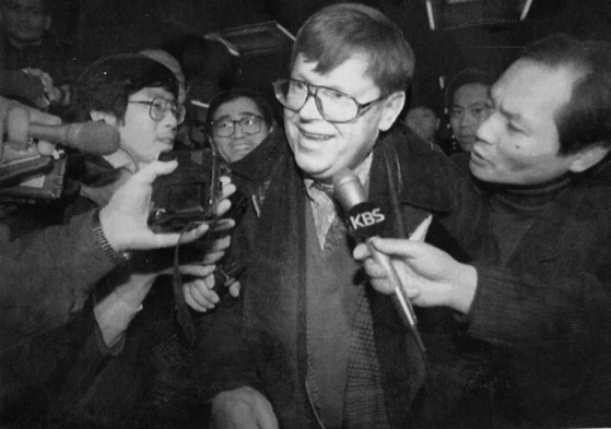 1994년 3월 15일 당시 국제원자력기구(IAEA)의 북한 핵 사찰팀장이었던 올리 하이노넨 사찰과장이 사찰을 마치고 베이징에 도착해 기자들의 질문공세를 받고 있다. [베이징 AFP=연합뉴스]