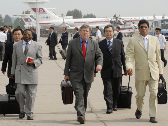 2007년 6월 올리 하이노넨 국제원자력기구(IAEA) 사무차장이 6자 회담 합의에 따라 사찰단 복귀 협상을 위해 평양을 방문하고 있다.[AP=연합뉴스]