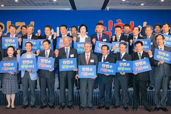 17일 서울 세종문화회관에서 열린 안실련 창립 22주년 기념식에서 참석자들이 안전의 중요성을 강조하는 퍼포먼스를 하고 있다. [사진 안실련]