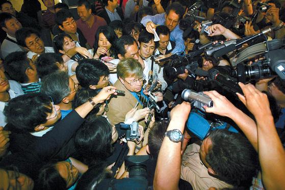 올리 하이노넨 당시 국제원자력기구(IAEA) 사무차장이 2007년 6월 대북 사찰단 복귀 협상을 마친 후 베이징 공항에서 취재진에 둘려쌓여 있는 모습.[AP=연합뉴스]