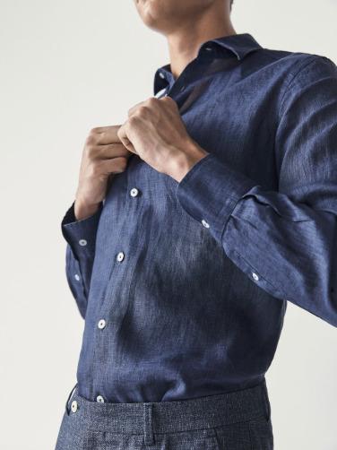 리넨 셔츠는 시원하고 편안하여 여름에 가장 입기 좋은 소재의 셔츠이다. [사진 마시모두띠]