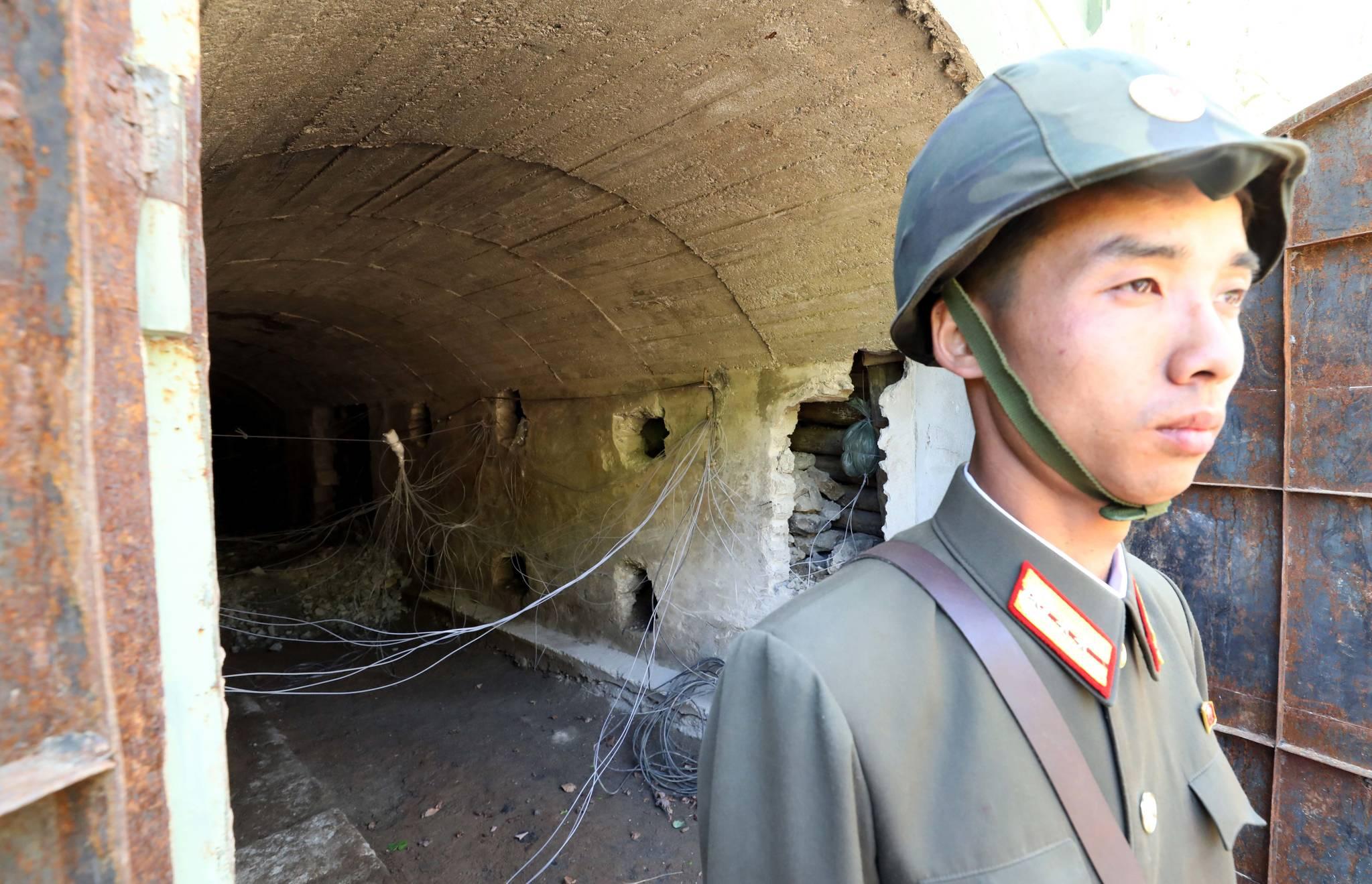 북한 군인이 폭약이 설치된 3번 갱도 앞을 지키고 있다. 사진공동취재단