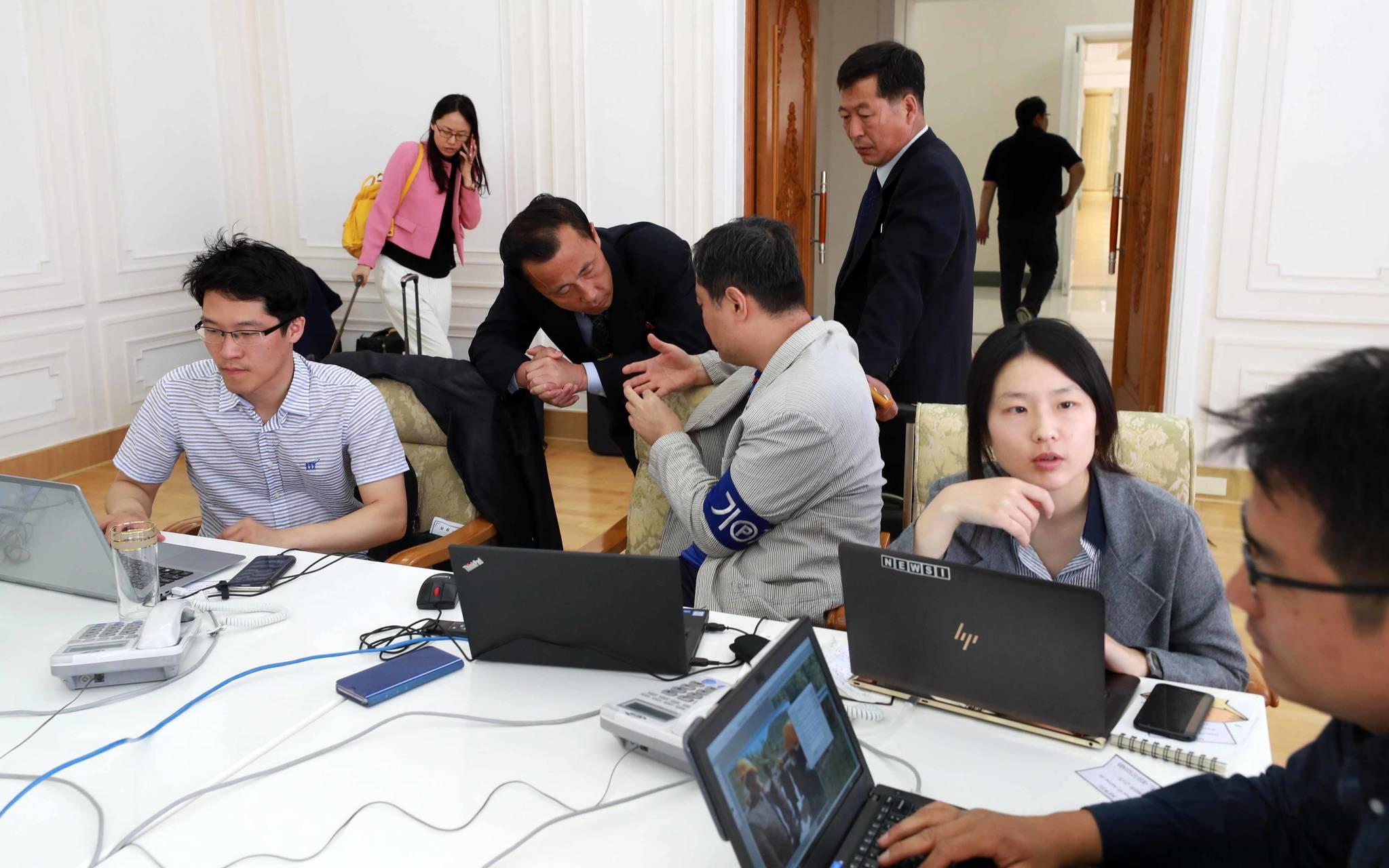 북한 강원도 원산시 갈마호텔 프레스센터에서 한국 취재진이 25일 북측 인사들과 이야기를 나누고 있다. 사진공동취재단