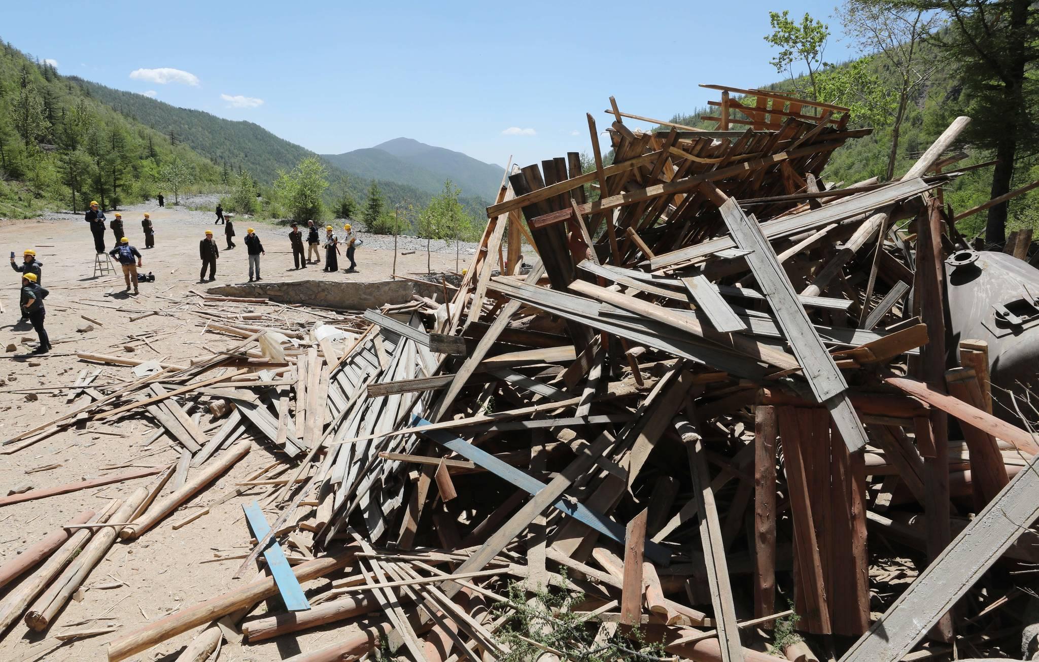 폭발로 2번 갱도주변의 건물이 산산조각나 있다. 사진공동취재단