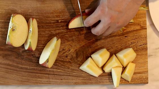 사과는 씨를 제거하고 껍질째 잘라 준비한다.
