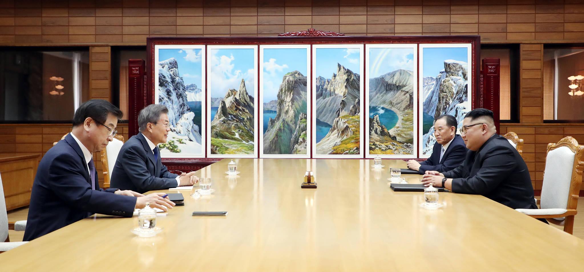 문재인 대통령과 김정은 국무위원장이 26일 오후 판문점 북측 통일각에서 정상회담을 하고 있다. [사진 청와대]