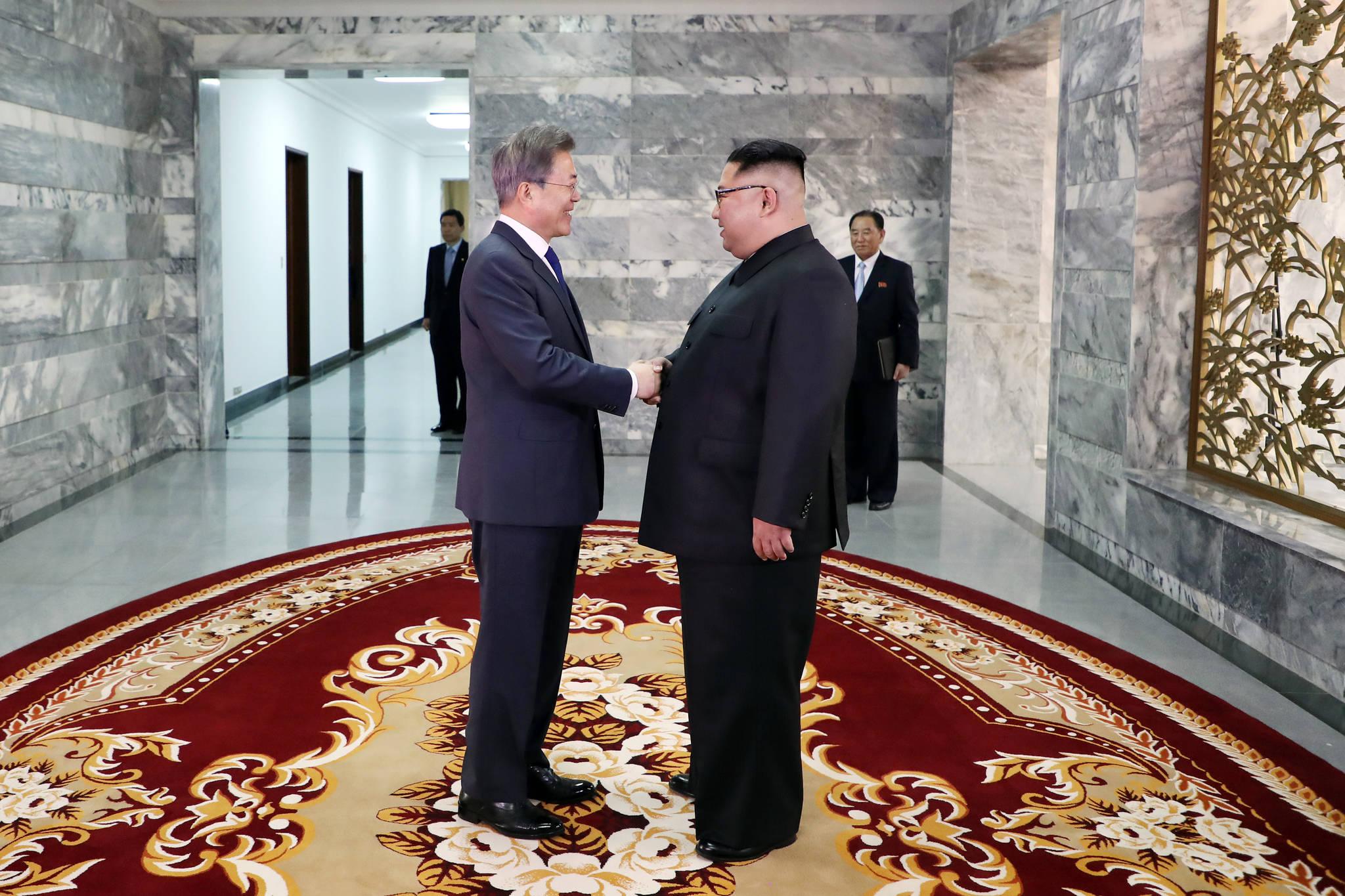 문재인 대통령과 김정은 북한 국무위원장이 26일 오후 판문점 북측 통일각에서 정상회담을 하기 앞서 악수를 하고 있다. [사진 청와대]