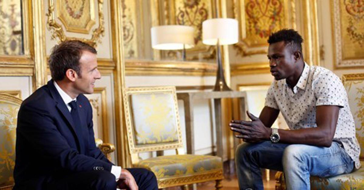 아파트 발코니에 매달린 아이를 구한 청년 마무두 가사마(오른쪽)을 만난 에마뉘엘 마크롱 프랑스 대통령 [AFP=연합뉴스]