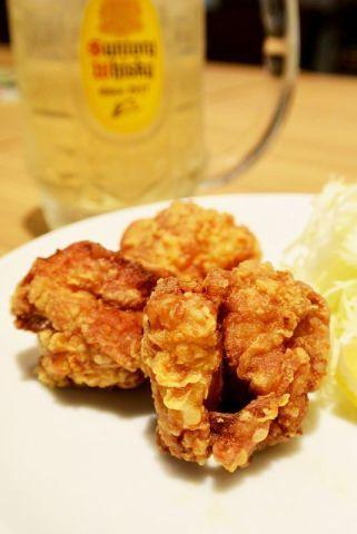 일본의 대표적 패밀리 레스토랑 데니스에서 이자카야 고객들을 끌어들이기 위해 판매하고 있는 메뉴. 일본인들이 즐겨 마시는 하이볼 한잔과 닭튀김을 합쳐서 500엔에 즐길 수 있다.[사진 인터넷 캡쳐]