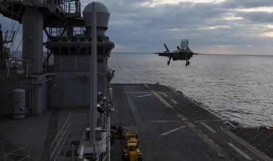 지난 3월 F-35B 전투기가 와스프(Wasp, LHD 1)함에서 착함 훈련을 하고 있다. [사진 미 해군 제공=연합뉴스]