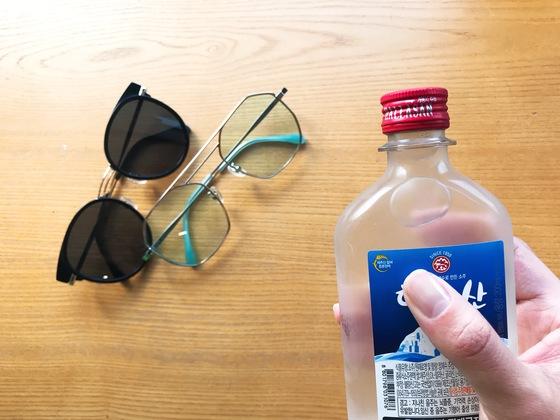 야외에서 선글라스를 닦을 땐 소주를 이용한다. 알코올 성분으로 손상 없이 기름기를 쉽게 제거할 수 있다.