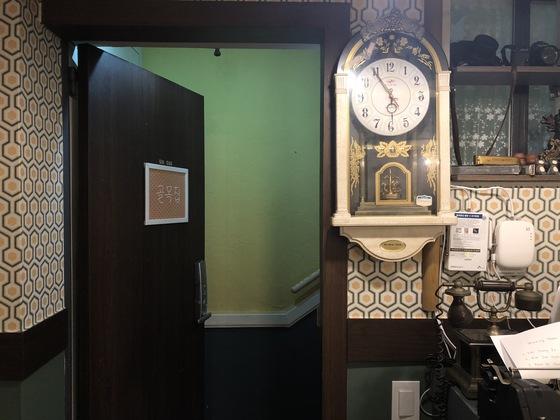 삼성동 '경성골목집'의 내부. 벽시계, 전화기, 타자기 등 오래된 물건들을 배치해 복고풍을 연출했다.
