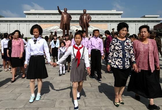 지난달 31일 만수대 김일성 김정일 동상을 찾아 참배하고 돌아나오는 평양시민들. [타스=연합뉴스]