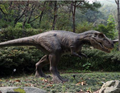 덕평공룡수목원 내 설치된 티라노사우루스는 날카로운 이빨이 있는 입을 벌리는 등 실감나게 움직인다. [중앙포토]