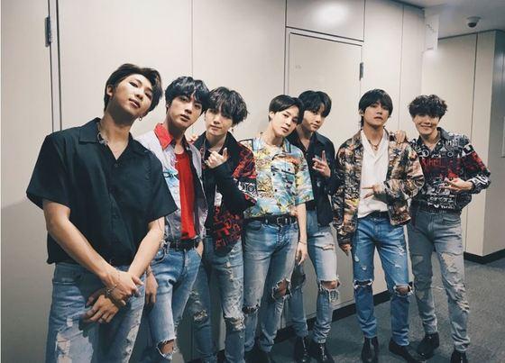 지난 4월 24일 엠넷의 컴백쇼 백스테이지 모습. 멤버들이 다양한 무늬와 모양의 카바나 셔츠를 입었다. [사진 방탄소년단 공식 트위터]