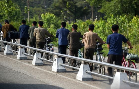 지난달 31일 자전거를 끌고 가는 평양시민들. [타스=연합뉴스]