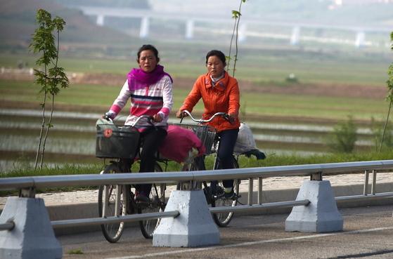 지난달 31일 자전거를 타고 가는 평양시민들. [타스=연합뉴스]