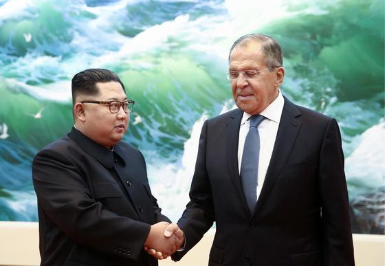 김정은 국무위원장(왼쪽)이 지난달 31일 방북한 세르게이 라브로프 러시아 외무장관을 만나 악수하고 있다. [타스=연합뉴스]