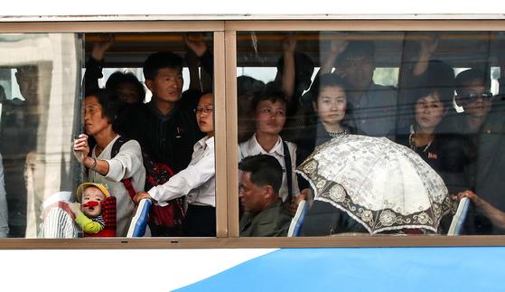 지난달 31일 트롤리버스를 타고 가는 평양시민들. [타스=연합뉴스]
