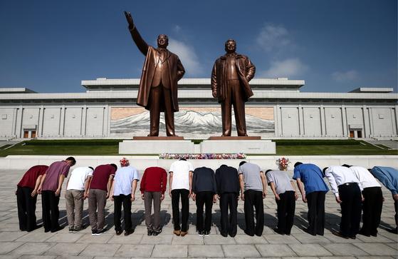 지난달 31일 만수대 김일성 김정일 동상에 참배하는 평양시민들. [타스=연합뉴스]