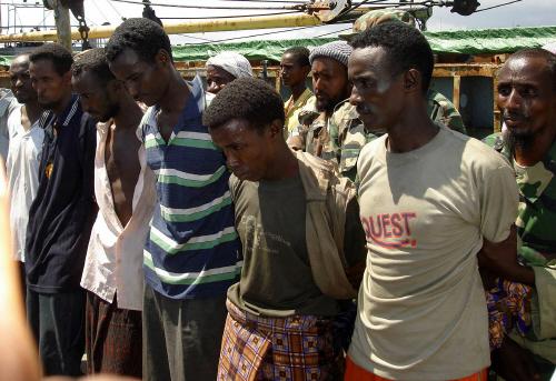 소말리아 해역에는 미국 , 프랑스 , 일본 등 각국 함정이 파견돼 자국 선박 보호에 나서고 있지만 기동력이 뛰어난 소형 보트와 자동화기 등으로 무장한 해적들을 단속하기란 쉽지 않다 . 사진은 2006년 12월 소말리아 인근 해역에서 선박을 납치했다가 이듬해 2월 체포된 해적들.